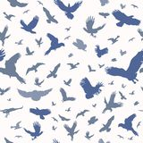 Σκιαγραφία των πετώντας πουλιών στο άσπρο άνευ ραφής σχέδιο υποβάθρου Εμπνευσμένο μελάνι δερματοστιξιών λάμψης σωμάτων Σύνολο κατ διανυσματική απεικόνιση