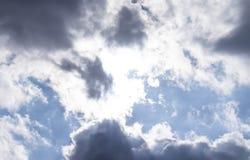 Σκοτεινά σύννεφα αέρα στο μπλε ουρανό στοκ φωτογραφίες