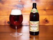 Σκοτεινή καπνισμένη η Βαμβέργη μπύρα σε ένα γυαλί με το μπουκάλι του στοκ εικόνες