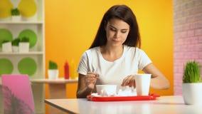 Σκουπίζοντας στόμα πελατών καφέδων μετά από το γεύμα και τη λήψη του δίσκου, εστιατόριο αυτοεξυπηρετήσεων απόθεμα βίντεο