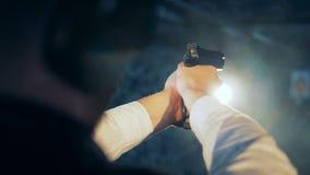 Σκοπευτές που βάζουν φωτιά σε ένα πυροβόλο όπλο, πίσω άποψη απόθεμα βίντεο
