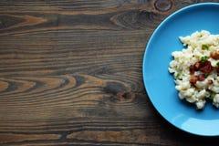 Σλοβάκικο παραδοσιακό gnocchi πατατών με το τυρί προβάτων και το μπέϊκον, ξύλινος πίνακας στοκ εικόνες