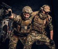 Σύγκρουση αγώνα, ειδική αποστολή Ο στρατιωτικός φέρνοντας συμπαίκτης στρατιωτών από το πεδίο μάχη Φωτογραφία στούντιο ενάντια στο στοκ φωτογραφία με δικαίωμα ελεύθερης χρήσης