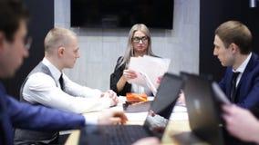 Σύγκρουση μεταξύ των συναδέλφων στην εργασία απόθεμα βίντεο