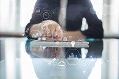 Σύγχρονη εικονική οθόνη υπολογιστών Επιχειρησιακή τεχνολογία και έννοια Διαδικτύου IOT στοκ εικόνες