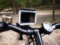 Σύγχρονη κάμερα Aktion που τοποθετείται σε ένα ποδήλατο στοκ εικόνες