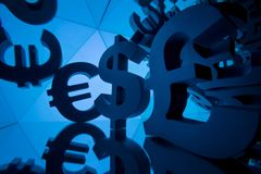 Σύμβολο νομίσματος ευρώ, λιβρών και δολαρίων με πολλούς που αντανακλούν τις εικόνες στοκ φωτογραφία με δικαίωμα ελεύθερης χρήσης