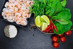 Σύνθεση τροφίμων των λαχανικών και των καρυκευμάτων γαρίδων στο μαύρο υπόβαθρο πετρών στοκ φωτογραφίες με δικαίωμα ελεύθερης χρήσης