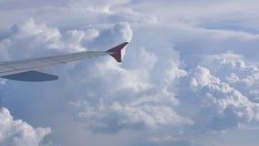 Σύννεφα θύελλας και μέρος του φτερού του παραθύρου αεροσκαφών απόθεμα βίντεο