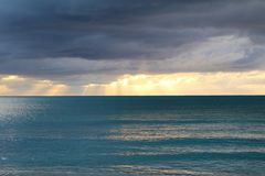 Σύννεφα και φω'τα του ηλιοβασιλέματος Long Island, Μπαχάμες στοκ φωτογραφίες με δικαίωμα ελεύθερης χρήσης