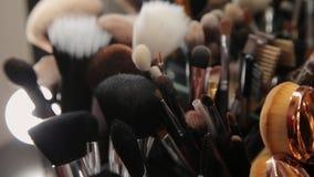 Σύνολο βουρτσών για τη σύνθεση στον πίνακα στο βεστιάριο Βιομηχανία μόδας Παρασκήνια επιδείξεων μόδας απόθεμα βίντεο