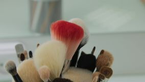 Σύνολο βουρτσών για τη σύνθεση στον πίνακα στο βεστιάριο Βιομηχανία μόδας Παρασκήνια επιδείξεων μόδας φιλμ μικρού μήκους