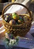 Σύνολο καλαθιών Πάσχας των ζωηρόχρωμων χρωματισμένων αυγών στοκ φωτογραφία με δικαίωμα ελεύθερης χρήσης