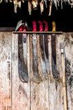 Σύνολο μεγάλων μαχαιριών στην άκρη ενός παραθύρου στοκ εικόνες