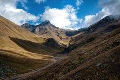 Σύνοδος Κορυφής στα σύννεφα και το στενό φαράγγι στοκ εικόνα