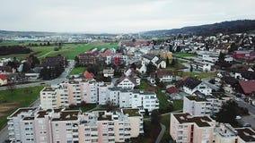 Στέγες των σύγχρονων σπιτιών στην Ελβετία Όμορφος λίγο χωριό το φθινόπωρο φιλμ μικρού μήκους