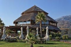 Στέγη Thatched ενός καφέ παραλιών σε Georgioupolis στοκ φωτογραφία