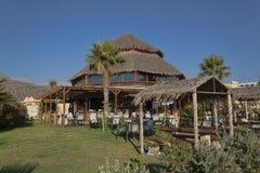 Στέγη Thatched ενός καφέ παραλιών σε Georgioupolis στοκ εικόνες