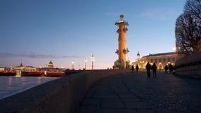 Στήλες Rasstralny στη γέφυρα παλατιών στη Αγία Πετρούπολη απόθεμα βίντεο