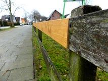 Σταθερός ξύλινος φράκτης Η έννοια του καθορισμού του κάτι παλαιός, που επιδιορθώνεται ή που αναβαθμίζεται στοκ εικόνα με δικαίωμα ελεύθερης χρήσης