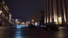 Σταυροδρόμια της πόλης νύχτας Μεγαλοπρεπής αρχιτεκτονική, κίνηση αυτοκινήτων από τα αριστερά προς τα δεξιά απόθεμα βίντεο