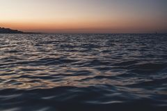 Στενή επάνω, χαμηλή άποψη γωνίας κυμάτων θάλασσας, sunrsie πυροβολισμός στοκ φωτογραφίες με δικαίωμα ελεύθερης χρήσης