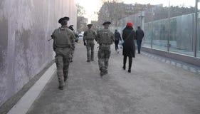 Στρατιωτικός με τα όπλα στο Παρίσι Δίπλα σε τους είναι γυναίκα Άποψη από την πλάτη στην πλήρη αύξηση οριζόντιος Το Δεκέμβριο του  στοκ φωτογραφία με δικαίωμα ελεύθερης χρήσης