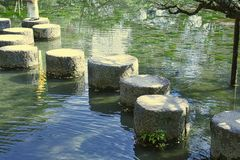 στρογγυλές πέτρες σε μια λίμνη στοκ φωτογραφία