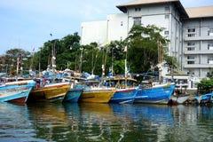 Στόλος αλιευτικών σκαφών στο οικιστικό λιμάνι στοκ φωτογραφίες με δικαίωμα ελεύθερης χρήσης