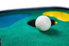 Σφαίρα γκολφ στην τοποθέτηση του χαλιού στοκ φωτογραφία με δικαίωμα ελεύθερης χρήσης