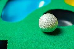 Σφαίρα γκολφ στην τοποθέτηση του χαλιού στοκ φωτογραφίες