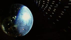 Σφαίρα καθρεφτών Disco σε ένα κόμμα απόθεμα βίντεο