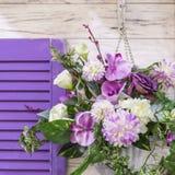Σχέδιο και ντεκόρ κήπων για να διακοσμήσει το εξωτερικό της πρόσοψης του σπιτιού Μια ανθοδέσμη των διαφορετικών χρωμάτων της πορφ στοκ φωτογραφία