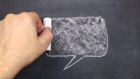 Σχέδιο κιμωλίας, σύμβολα της σκέψης ή της συνομιλίας σε έναν πίνακα Συρμένος στην κιμωλία απόθεμα βίντεο