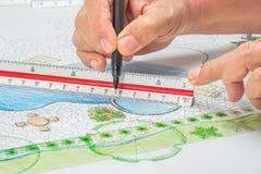 Σχέδιο λιμνών κατωφλιών σχεδίου αρχιτεκτόνων τοπίου με το μετρικό κυβερνήτη κλίμακας στοκ εικόνες με δικαίωμα ελεύθερης χρήσης