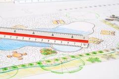 Σχέδιο λιμνών κατωφλιών σχεδίου αρχιτεκτόνων τοπίου με το μετρικό κυβερνήτη κλίμακας στοκ φωτογραφία