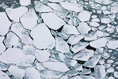 Σχέδιο των επιπλεόντων πάγων πάγου πακέτων στη χειμερινή ωκεάνια επιφάνεια στοκ φωτογραφία με δικαίωμα ελεύθερης χρήσης
