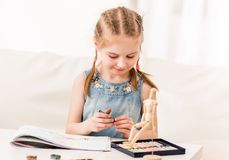 Σχέδιο παιδιών με την ξηρά κρητιδογραφία στοκ εικόνες