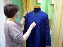 Σχεδιαστής μόδας που κοιτάζει στο μανεκέν στοκ εικόνα με δικαίωμα ελεύθερης χρήσης