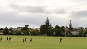 Σχολικά παιδιά που τρέχουν πέρα από τον τομέα φιλμ μικρού μήκους