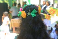Σχολικό κορίτσι που φορά την κορώνα λουλουδιών στοκ φωτογραφίες