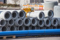 Συγκεκριμένος υπόνομος αποξηράνσεων, σωλήνες υδρορροών για την οικοδόμηση βιομηχανικού κτηρίου στοκ φωτογραφία