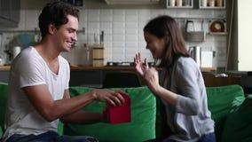 Συγκινημένη νέα φίλη που λαμβάνει το δώρο από το φίλο στο σπίτι απόθεμα βίντεο