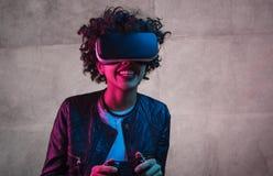 Συγκινημένος μαύρος έφηβος που παίζει το παιχνίδι VR κοντά στο συμπαγή τοίχο στοκ φωτογραφία με δικαίωμα ελεύθερης χρήσης