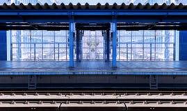 Συμμετρικός τοπικός μπλε σιδηροδρομικός σταθμός στοκ εικόνες με δικαίωμα ελεύθερης χρήσης