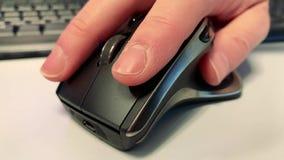 Συμπίεση ενός ποντικιού υπολογιστών στο γραφείο απόθεμα βίντεο