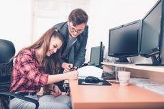 Συνάδελφοι που προγραμματίζουν τη διαδικασία παραγωγικής εργασίας στοκ φωτογραφία με δικαίωμα ελεύθερης χρήσης