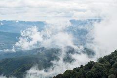 Συνήθως νεφελώδης καλύπτει το υψηλό βουνό στοκ εικόνες