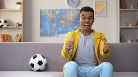 Συναισθηματικός αγώνας ποδοσφαίρου προσοχής εφήβων αφροαμερικάνων στη TV, εθνική ομάδα φιλμ μικρού μήκους