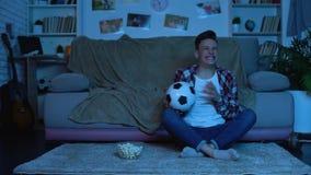 Συναισθηματικός αγώνας ποδοσφαίρου προσοχής σπουδαστών στη TV, κερδίζοντας παιχνίδι εθνικών ομάδων φιλμ μικρού μήκους
